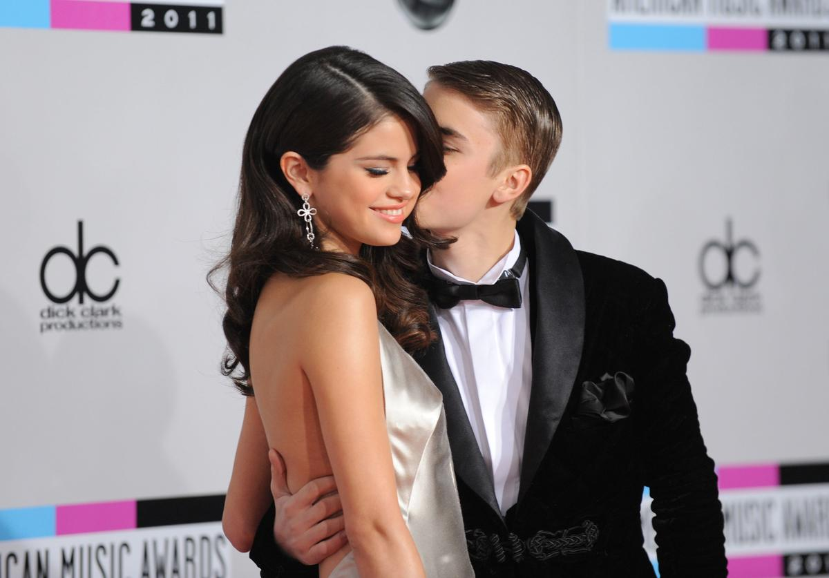 Singers Selena Gomez (L) and Justin Bieber arrive at the 2011 American Music Awards held at Nokia Theatre L.A. LIVE on November 20, 2011 in Los Angeles, California